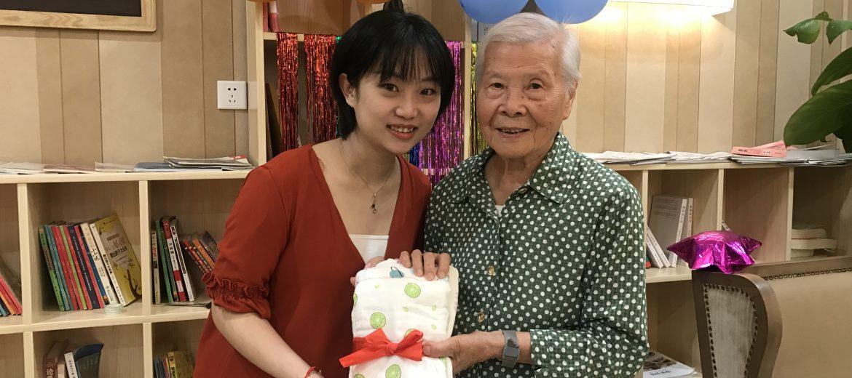 隔代亲:第一位入住长者与第一位宝宝共度生日